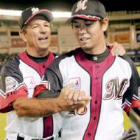Bobby's way: Chiba Lotte Marines manager Bobby Valentine, seen here with pitcher Naoyuki Shimizu, has been mentioned as a candidate to manage Japan's title defense in next year's World Baseball Classic. | KYODO PHOTO