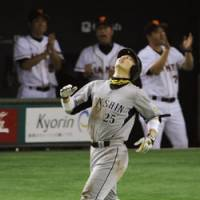 Not enough: Hanshin's Takahiro Arai cuts a dejected figure after getting out in the seventh inning against Yomiuri on Wednesday at Tokyo Dome. The Giants won 3-1.   KYODO PHOTO