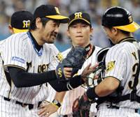 Having fun: Hanshin Tigers starter Tsuyoshi Shimoyanagi (left) teases catcher Akihiro Yano (right) on leaving the mound during the sixth inning of the Game 2 against the Chunichi Dragons. The Tigers won 7-3. | KYODO PHOTO