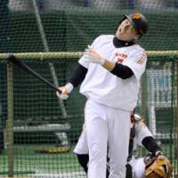 Enjoyable time: Giants slugger Lee Seung Yeop cracks a smile during batting practice on Friday at Tokyo Dome. Yomiuri holds a 3-2 lead in the best-of-seven Japan Series. Game 6 will be held on Saturday. | KYODO PHOTO