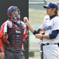 Familiar face: Former Tokyo Yakult Swallows great Atsuya Furuta (left) speaks with Seibu Lions pitcher Hideaki Wakui on Wednesday in Nango, Miyazaki Pref. | KYODO PHOTO