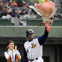 Tuff enough: Tuffy Rhodes takes the applause after hitting his 450th home run in Japanese baseball on Sunday. | KYODO PHOTO