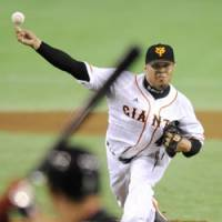 Dealing: Giants right-hander Dicky Gonzalez fires a pitch against the Hawks at Tokyo Dome on Thursday.   KYODO PHOTO