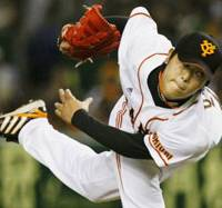 Solid performance: Yomiuri starter Tetsuya Utsumi picks up his second win of the season in the Giants 3-2 victory over the Fighters on Saturday at Tokyo Dome. | KYODO PHOTO