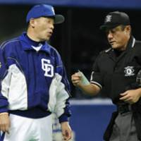 Decision maker: Chunichi Dragons manager Hiromitsu Ochiai (left) infoems the umpire that he's going to replace starting pitcher Kenta Asakura with Neison Payano in the sixth inning of Monday's game against the Seibu Lions at Nagoya Dome.   KYODO PHOTO