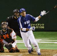 Valuable contribution: Dragons outfielder Masaaki Koike watches his fourth-inning solo home run leave the yard against the Giants at Tokyo Dome on Tuesday. Chunichi defeated Yomiuri 5-3 in the series-opening game. | KYODO PHOTO