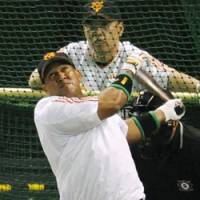 Dragon slayer: Alex Ramirez, who batted .462 against the Chunichi Dragons this year, is prepared to lead the Yomiuri Giants into the second round of the Central League Climax Series.   KYODO PHOTO