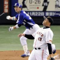 Gone: Giants starter Dicky Gonzalez watches Kei Nomoto's first-inning three-run homer. | KYODO PHOTO