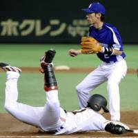 Aggressive style: Yomiuri Giants second baseman Shigeyuki Furuki safely slides into first base in the fourth inning of Game 2 of the CL Climax Series second stage against the Chunichi Dragons at Tokyo Dome on Thursday. | KYOD PHOTO