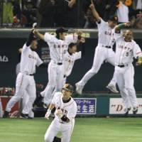 Farewell and good night: Giants catcher Shinnosuke Abe hits a sayonara home run with one out in the bottom of the ninth inning at Tokyo Dome on Thursday to give Yomiuri a 3-2 series lead over the Nippon Ham Fighters. | KYODO PHOTO