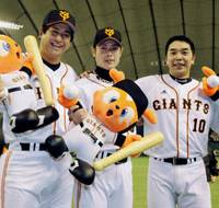 Changing the game: A home run by Yoshiyuki Kamei (center) changed the momentum in Game 5 of the Japan Series, allowing the Giants to claim the win and a 3-2 series lead. | KYODO PHOTO