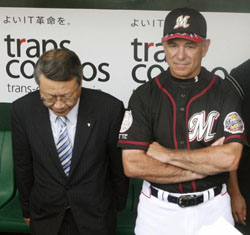 Clash of cultures: Bobby Valentine stands defiantly after 'apologizing' for comments about NPB teams making illegal payments to amateurs as team president Ryuzo Setoyama bows before reporters in Sendai on July 6, 2006. | KYODO PHOTO