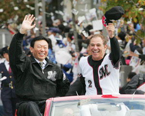 Happier times: Chiba Lotte Marines owner Akio Shigemitsu and Bobby Valentine ride in a victory parade through the streets of Makuhari after the team won the 2005 Japan Series.   KYODO PHOTO