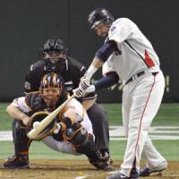 Hit parade: Swallows slugger Jamie D'Antona belts an RBI single in the first inning against the Giants on Saturday at Tokyo Dome. D'Antona added two homers and Tokyo Yakult pounded out 15 hits in a 10-5 win over Yomiuri. | KYODO PHOTO