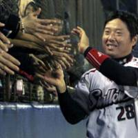 Cheerful reception: Fans greet Swallows pinch hitter Ryohei Kawamoto after his game-winning two-run home run in the bottom of the ninth inning on Saturday.   KYODO PHOTO
