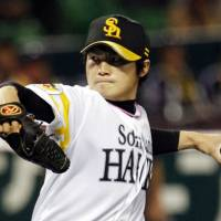 Tone-setter: Southpaw starter Toshiya Sugiuchi holds the losing Eagles to six hits and strikes out nine in eight innings on Friday. Fukuoka Softbank won 9-1. | KYODO PHOTO
