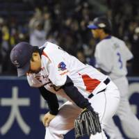Big damage: Swallows starter Shohei Tateyama reacts after allowing a game-tying, sixth-inning two-run homer to the BayStars' Terrmel Sledge on Friday.   KYODO PHOTO