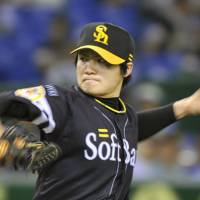 Strong effort: Softbank starter Toshiya Sugiuchi shut out Hokkaido Nippon Ham with a seven-hitter as the Hawks beat the Fighters 12-0 on Tuesday night at Tokyo Dome. | KYODO PHOTO