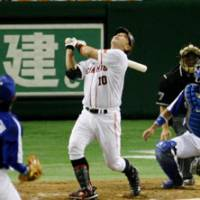 Up in the air: Giants catcher Shinnosuke Abe hits an inning-ending foul popup in the seventh against the Dragons on Thursday at Tokyo Dome. Chunichi beat Yomiuri 3-2. | KYODO PHOTO