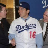 Welcome aboard: Los Angeles Dodgers owner Peter O'Malley (left) greets Hideo Nomo as general manager Fred Claire watches on Feb. 14, 1995. | KYODO PHOTO