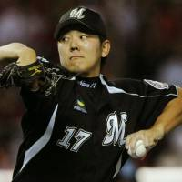 Complete game: Chiba Lotte left-hander Yoshihisa Naruse guides his team to a 3-1 victory over Fukuoka Softbank in Game 1 of the Pacific League Climax Series final stage on Thursday. | KYODO PHOTOS