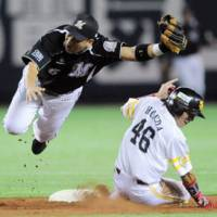 Thief in the night: Softbank's Yuichi Honda steals base against the Marines in Game 2 of the Pacific League Climax Series final stage on Friday. The Hawks won 3-1. | KYODO PHOTO