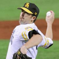 Play it again: Softbank's D.J. Houlton pitches against the Marines on Saturday. | KYODO PHOTO