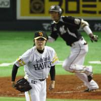 Tidal wave: Toshiya Sugiuchi and the Fukuoka Softbank Hawks found the Chiba Lotte Marines too hot to handle in the Pacific League Climax Series final stage. | KYODO PHOTO