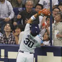 Stellar defense: Dragons third baseman Masahiko Morino catches a foul ball hit by the Giants' Michihiro Ogasawara in the sixth inning.