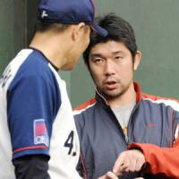 Expert advice: Hideo Nomo (right) gives pointers to Buffaloes pitcher Tsuyoshi Kikuchihara while serving as a coach during Orix's fall camp in 2008. | KYODO PHOTO