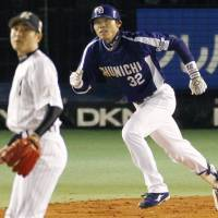 Youthful vigor: Dragons rookie Yohei Oshima (32) has been a strong presence in the batting lineup during the Japanese Fall Classic, getting key hits in both Chunichi wins. | KYODO PHOTOS