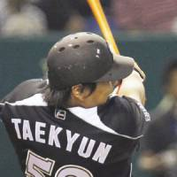 The difference: The Marines' Kim Tae Kyun hits a 10th-inning sacrifice fly on Tuesday, leading Chiba Lotte to a 2-1 win over the Yomiuri Giants at Tokyo Dome | KYODO