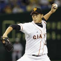 Impressive: Yomiuri Giants southpaw Tetsuya Utsumi fans 10 batters without issuing a walk over eight innings in a 2-0 victory over the Hanshin Tigers on Thursday at Tokyo Dome. | KYODO PHOTO
