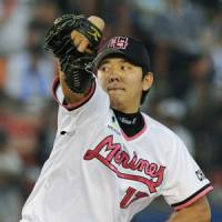 Efficient work: Marines left-hander Yoshihisa Naruse holds the Fighters to five hits over eight innings on Tuesday at QVC Marine Field in Chiba. Chiba Lotte defeated Hokkaido Nippon Ham 4-1. | KYODO