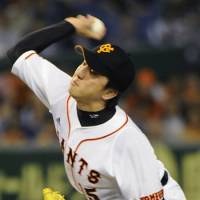 Hirokazu Sawamura of the Giants pitches against the Dragons on Friday at Tokyo Dome.