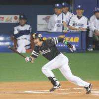 Big effort: Fukuoka Softbank veteran Hitoshi Tamura (6), who had a fourth-inning home run among his three hits on Tuesday, gave the host Dragons trouble, for those on the field or watching in the dugout, throughout Game 3 of the Japan Series.   KYODO