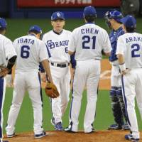 Time to talk: Dragons skipper Hiromitsu Ochiai (center) speaks to his players in the third inning of Game 5 on Thursday. Chunichi lost its third straight Japan Series game at home. | KYODO