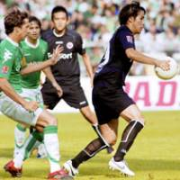 Naohiro Takahara controls the ball as Eintracht Frankfurt and Japan teammate Junichi Inamoto watches during the striker's substitute appearance in the German League against Werder Bremen at the start of September. | KYODO PHOTO
