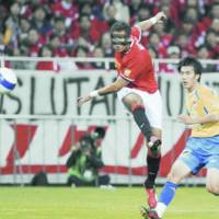 Urawa's Brazilian striker Washington (left) fires a shot in the first half against Seongnam Ilhwa of South Korea in the second leg of the Asian Champions League semifinals at Saitama Stadium 2002 on Wednesday night. | KYODO PHOTO