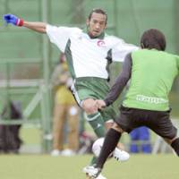 Long time no see: Former Japan midfielder Hidetoshi Nakata passes the ball during a practice match against Tokyo Verdy in Tokyo on Wednesday. | KYODO PHOTO