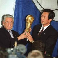 Proud moment: Ex-JFA chief Ken Naganuma (left), posing with a South Korean official after the nations were named cohosts of the 2002 World Cup finals in May 1996, died of pneumonia on Monday in Tokyo. | AP PHOTO