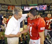 Friendly exchange: Noriaki Kinoshita, a Japan national team wide receiver, shakes hands with Notre Dame assistant coach Bill Lewis after the Notre Dame Japan Bowl on Saturday at Tokyo Dome. Kinoshita, who was drafted by the New York Sentinels of the fledgling United Football League, wants to travel overseas to play for another football team in the future. | YOSHIAKI MIURA PHOTO