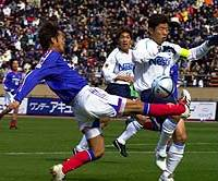 Yoshiharu Ueno (left) of the Yokohama F. Marinos battles for the ball with Jubilo's Toshihiro Hattori during first-half action in the Xerox Super Cup on Saturday at Tokyo's National Stadium. Jubilo won 4-2 in a shootout after the match ended 1-1.