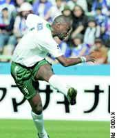 Patrick Mboma of Verdy 1969 scores in the 69th minute of Saturday's Nabisco Cup match against the Yokohama F. Marinos at Mitsuzawa Stadium. Verdy won 2-1.