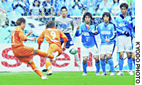 Shimizu S-Pulse midfielder Ryozo Morioka scores from a free-kick in the 33rd minute of Saturday's J. League first-division match against Jubilo Iwata at Shizuoka Stadium Ecopa. The match ended in a 1-1 draw.