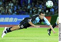 Frontale midfielder Marcus scores with a header in the 28th minute of Thursday's game against Yokohama F. Marinos in Kawasaki. Frontale prevailed 2-1.