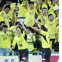 Reysol forward Keiji Tamada acknowledges fans after scoring an equalizer in the 20th minute against Gamba Osaka during their J. League first-division match Saturday at Kashiwa Hitachi Stadium. Tamada later scored the winner in Reysol's 2-1 win.