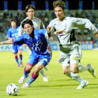 Ventforet kofu midfielder Jun Uruno (left) battles Cerezo Osaka midfielder Tomi Shimomura for the ball during their Nabisco Cup match Wednesday at Kose Sports Park Stadium in Kofu, Yamanashi Pref.
