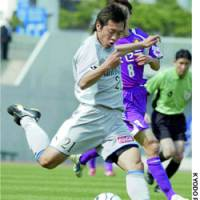 Oita Trinita midfielder Tsukasa Umesaki shoots during Sunday's Nabisco Cup match against Kyoto Purple Sanga in Okayama.