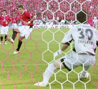 Urawa Reds Forward Washington scores a goal on a penalty kick in the 16th minute of a J. League first-division match against JEF United Chiba on Saturday at Saitama Stadium 2002. The Reds won 2-0. | KYODO PHOTO